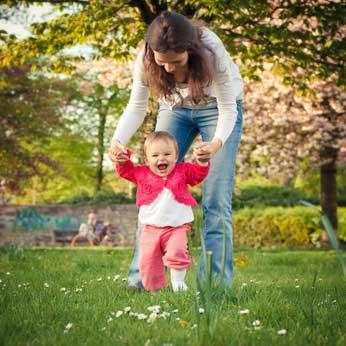 L'apprentissage de la marche: les premiers pas de bébé !...