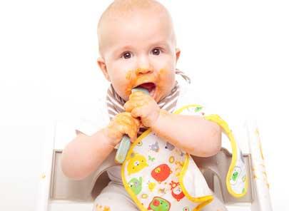 Le repas de bébé: il veut manger tout seul !